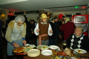 Garbingi Snekucio sveciai prie sventiniu vaisiu stalo